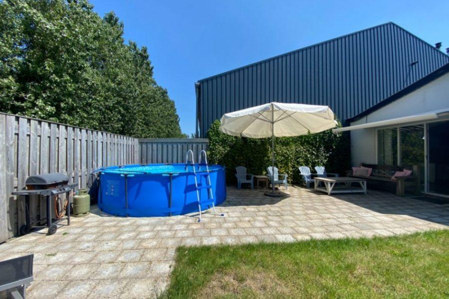 Pakhuys Lodge tuin met zwembad